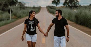 Dia dos Namorados: Conheça a história do casal EF - Adriana e Bruno de mãos dadas caminhando em uma rodovia