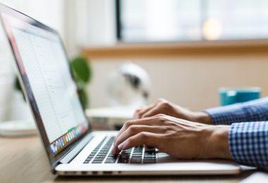 tributos simples nacional - homem digitando em seu computador