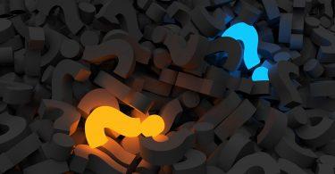 manifestação desconhecimento da operação - vários pontos de interrogação escuros e dois que se destacam, um na cor laranja e o outro na cor azul.