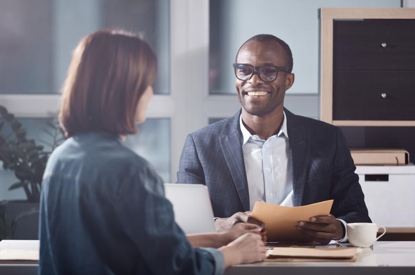 comunicação empresário e contador - dois profissionais sentados frente a frente fazendo negócios