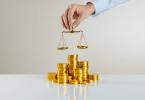 Consequências de uma gestão tributária inadequada - homem segurando uma balança sobre pilha de moedas